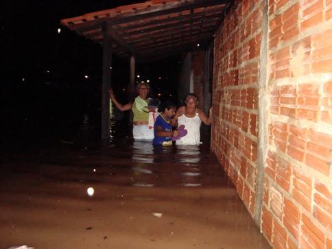 Pra se ter uma idéia do nível da água, veja a foto a seguir de uma moradora quando passava pela rua.