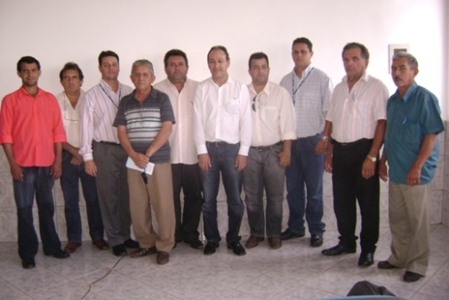 Marcos Almeida com vereadores, secretários municipais e empresários do município.