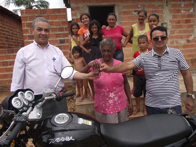 Dona Santana Ferreira da Silva do povoado Angical recebeu sua moto Trax.