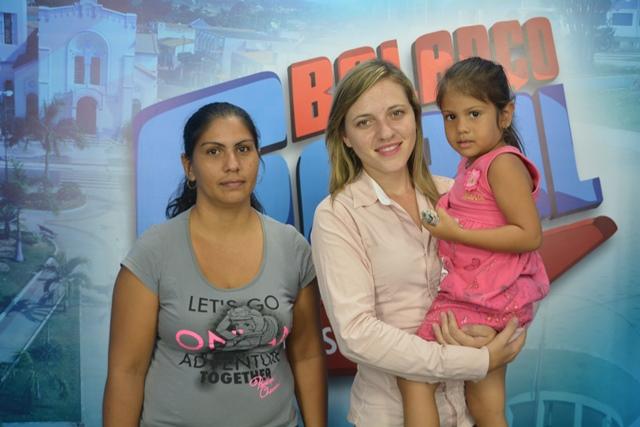 Depois do primeiro programa, o semblante de mãe e filha era outro. Marina segura parte do dinheiro doado.