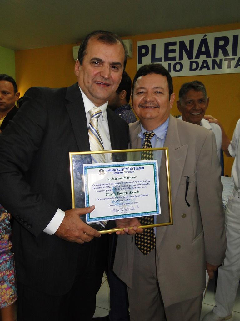 Secretário Cláudio Azevedo recebe título das mãos do vereador Idaspe Sebastião.