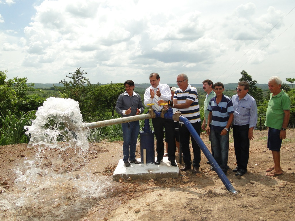 Cláudio Azevedo e presidente da Caema, João Moreira Lima, inauguram poço em Tuntum.