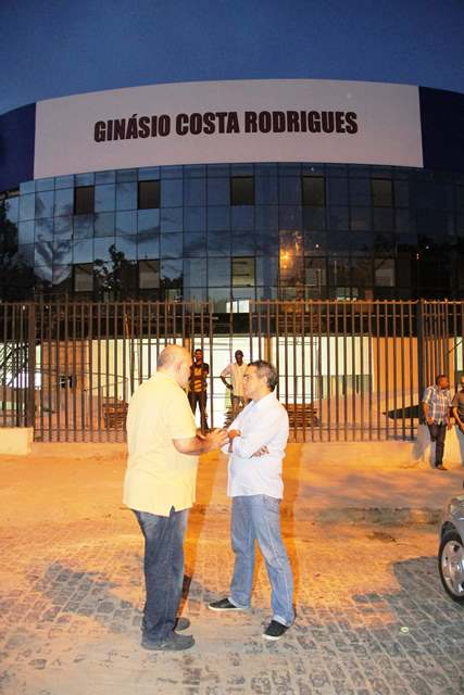 Joaquim Haickel e Márcio Jardim conversam em frente do Ginásio Costa Rodrigues.