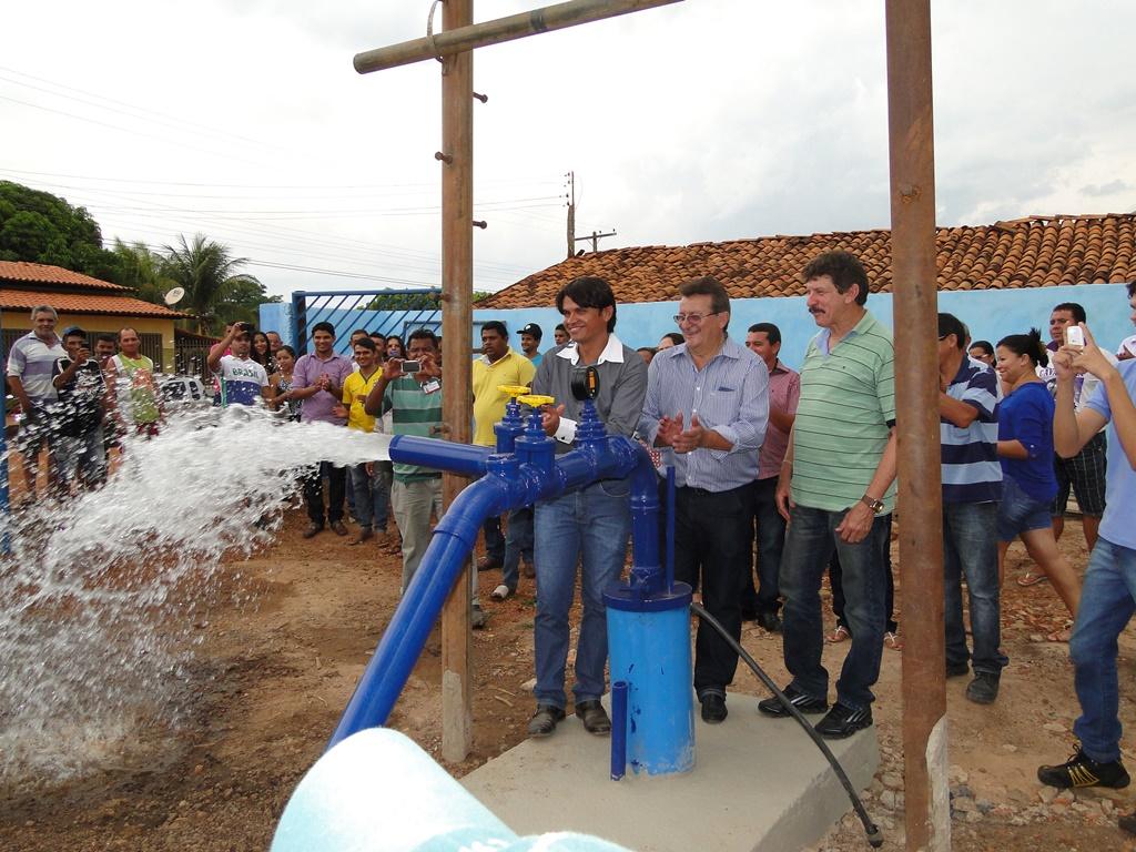 Secretário adjunto da Sagrima, Raimundo Coelho, e outras autoridades inauguram poço em Graça Aranha