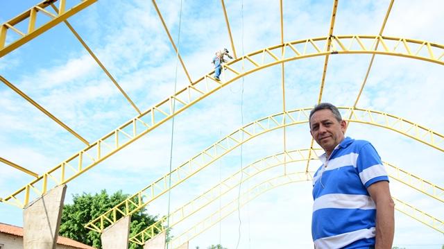 Prefeito Juran Carvalho visitando as obras de construção da Quadra de Esportes do Angical