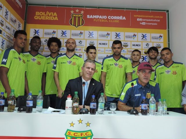 Presidente Sergio Frota na apresentação da comissão técnica e os novos jogadores