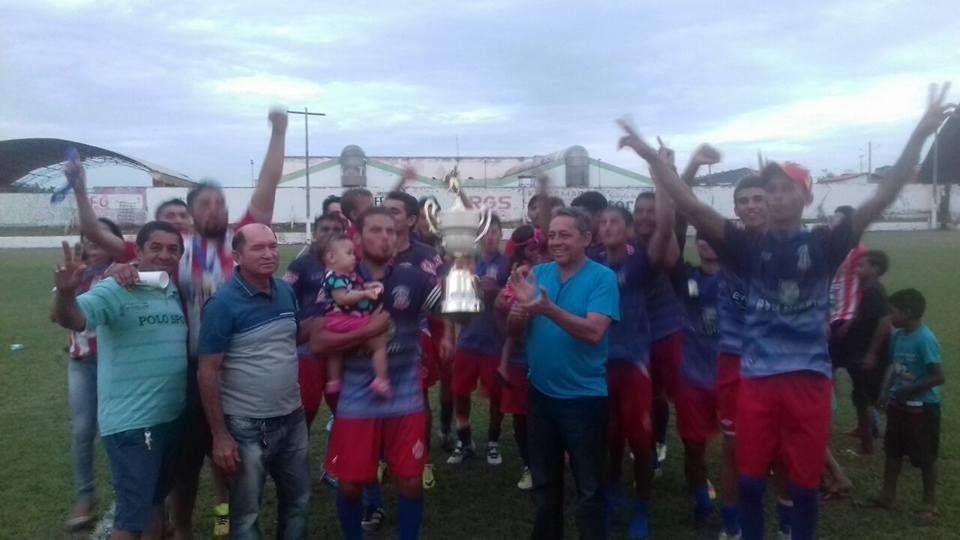 Prefeito Juram Carvalho entregando a taça de campeão da segunda Divisão ao capitão do XV de novembro