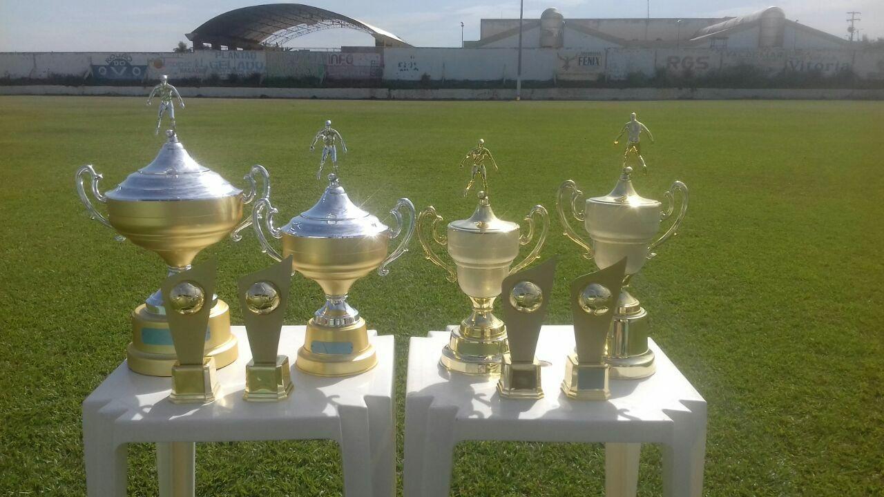 Os troféus que serão entregues na 2ª e 1ª Divisão.