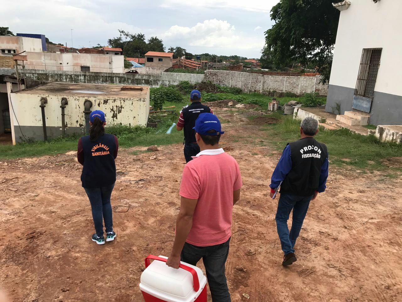 Fiscais do PROCON acompanham coleta de amostras de água. Laudos confirmar irregularidades