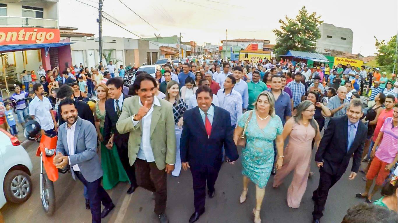 ALEXANDRE 05 2 - DOM PEDRO: Multidão recebe com festa o prefeito Alexandre Costa - minuto barra